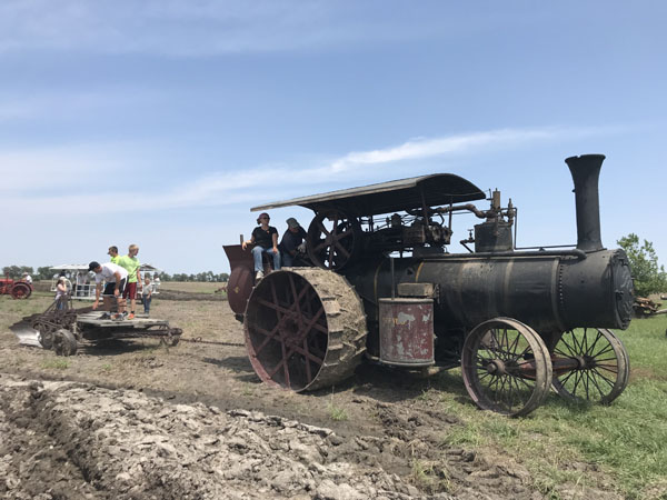 Threshing Days show days of old